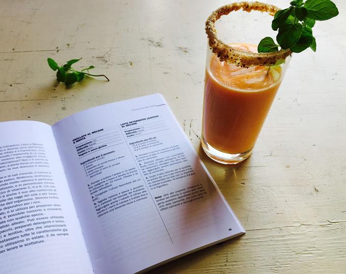 smoothie di melone e menta citrata con il libro aperto Frutta da scoprire di Claudia Renzi
