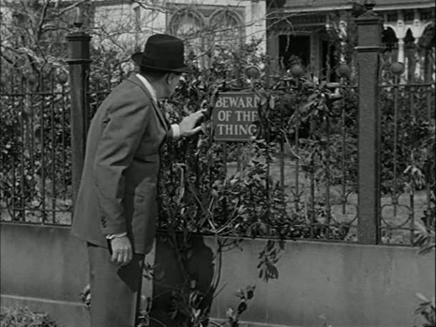 Beware of the Thing, cartello sulla casa degli Addams