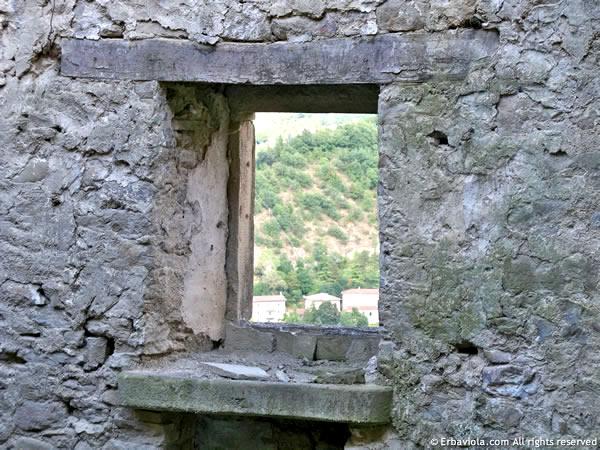 Vista di Moranduccio da una finestra della dogana - erbaviola.com