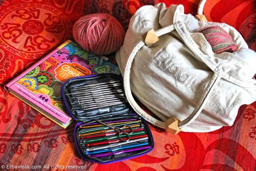 Crochet therapy - gli strumenti: una borsa grande, uncinetti e libro di modelli - Erbaviola.com