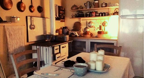 La salvezza: cucina a legna, riscaldamento a legna, lampade a olio e candele. (immagine di dicembre)