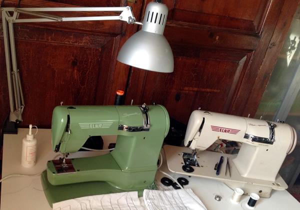 prove di tensione in corso... si guarda com'è fatta la Elna Plana Supermatic (beige) per sistemare la Elna Supermatic (verde)!