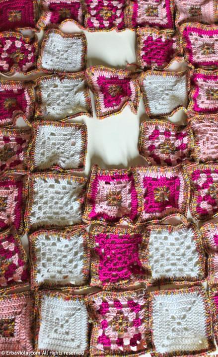 Crochet therapy - composizione della coperta a quadri granny style - Erbaviola.com