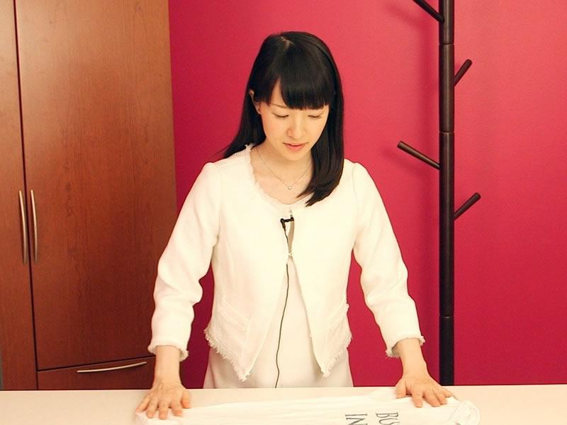 La Kondo in tour nel mondo, qui insegna il metodo konmari alla redazione di Uk Business Insider - Gli mostra come piegare le magliette, una preziosa informazione finora in possesso solo dei Templari e dalle mamme.