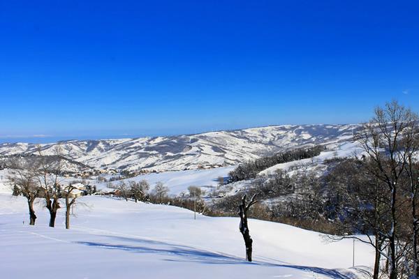 paesaggio fuori di casa dopo la nevicata