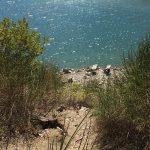 due sdraio davanti al lago e spiaggetta isolata