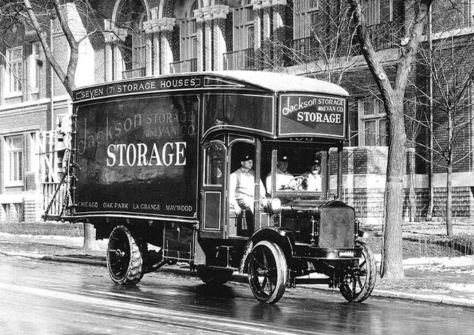 Traslocatori nel 1918 con il mezzo all'avanguardia tutt'ora in uso. Fonte: W.McCulloch Collection