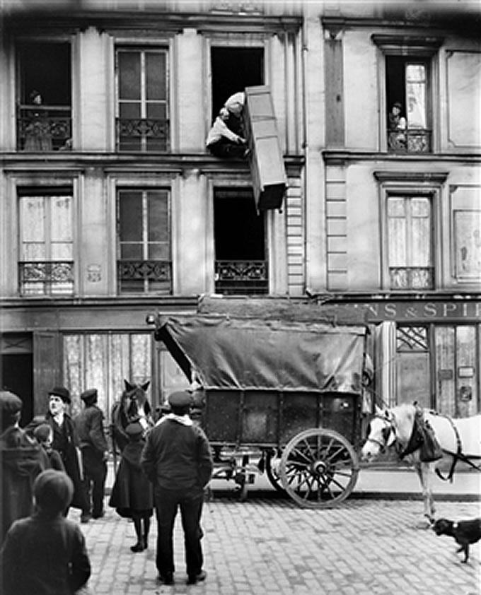 Trasloco di un armadio da una finestra, 1918