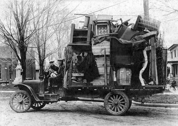 il cugino con furgone dell'amico in una foto d'epoca