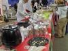 Mitiche Karin e Raffaella di Vegusto, con la fondue di formaggi vegan e il banco assaggi