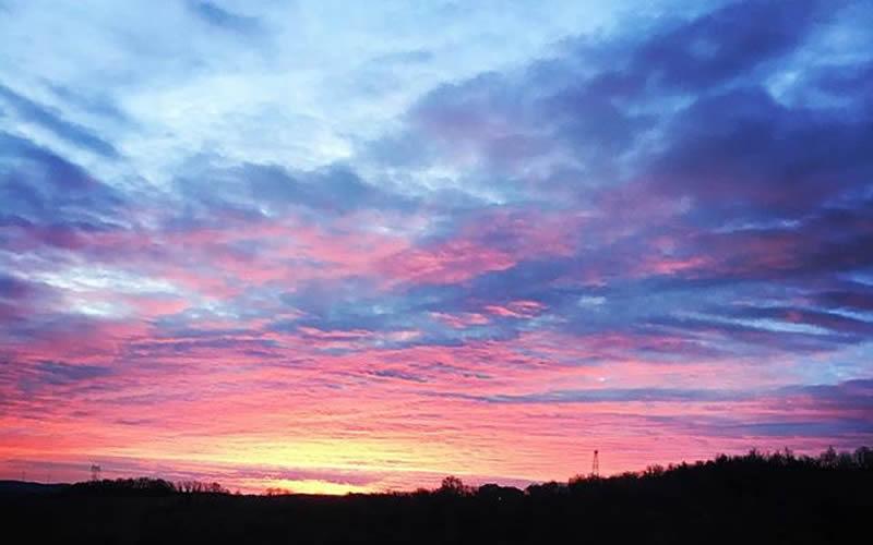 alba rossa e viola sui colli appennino