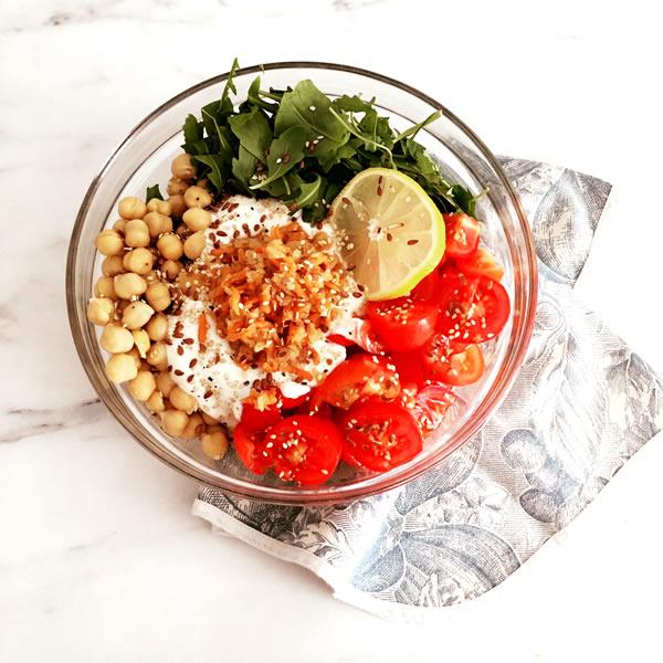 insalata di pomodori, tarassaco, rucola, ceci, yogurt, kimchi bianco e semi di lino e sesamo, per la dieta nutritariana del dottor Fuhrman Eat To Live