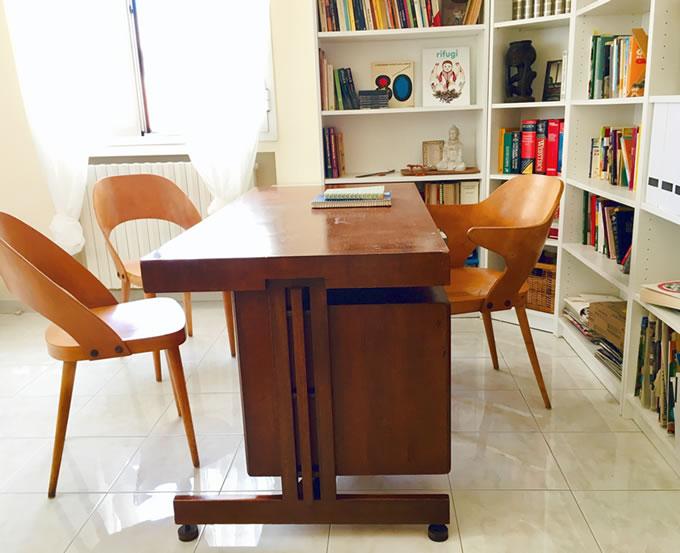 scrivania danese e sedie antonin suman