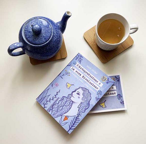 """libro """"L'autoproduzione è la vera Rivoluzione"""" di Grazia Cacciola con tazza di té e teiera (non comprese)"""