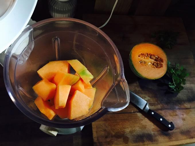 melone tagliato a pezzi nel frullatore