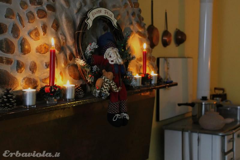Yule erbaviola candele camino e stufa a legna patatiera
