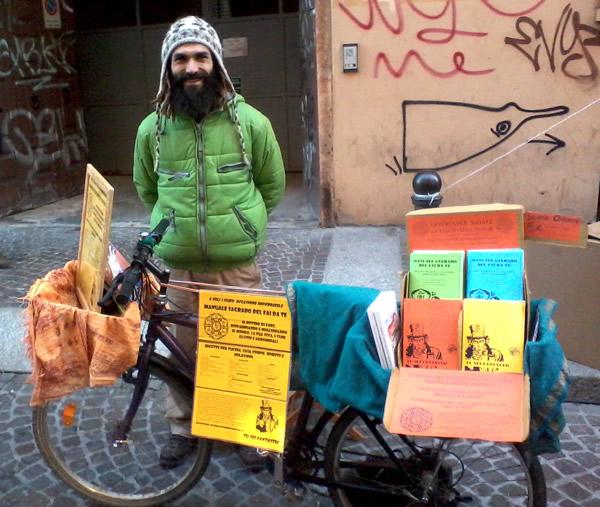 Elia Inlakesh Bosi, con la sua bicicletta-stand