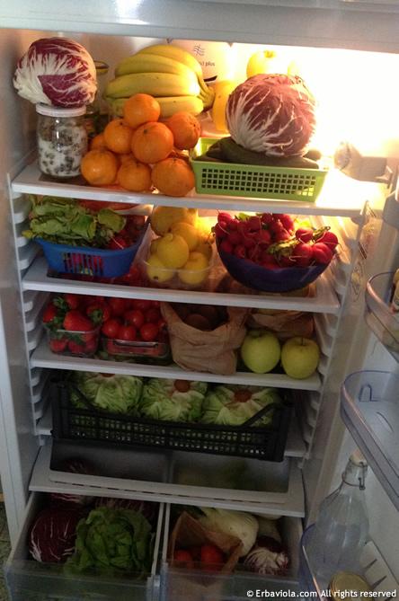 frigorifero vegan con frutta, verdura e banane nel posto giusto