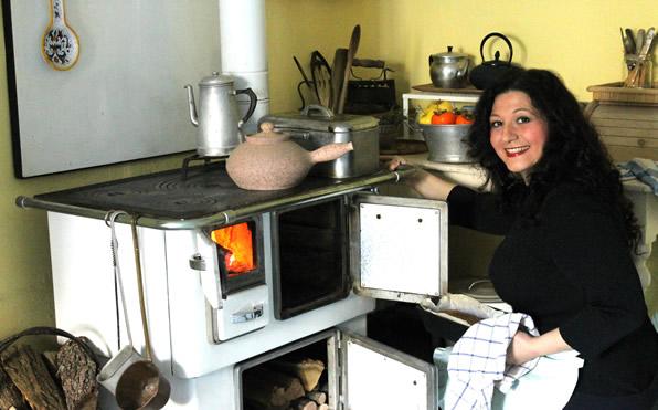 Grazia Cacciola - cucina a legna - Sfornando pane dalla mia cucina a legna del 1950, che per sette mesi l'anno fa da cucina, forno e riscaldamento.
