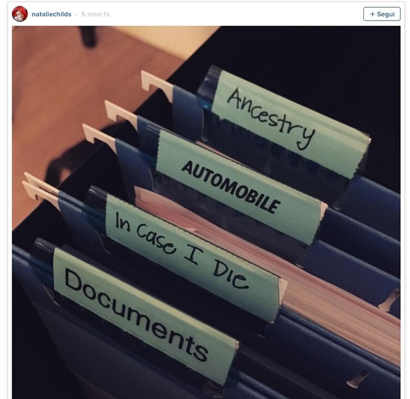 Questa l'ha messa su Instagram una fan del metodo konmari. Divide tutti i suoi possessi cartacei in: documenti; in caso di morte; automobile; antenati. Una delle foto più tristi di sempre.