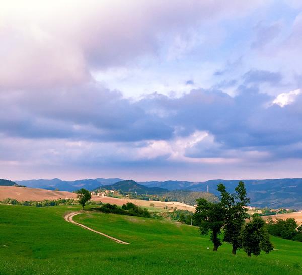 paesaggio appennino Tosco-Emiliano al tramonto estate