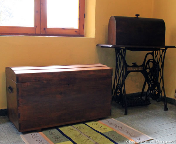 Il baule com'è ora, in compagnia di un altro restauro, la macchina da cucire Oper di fine ottocento