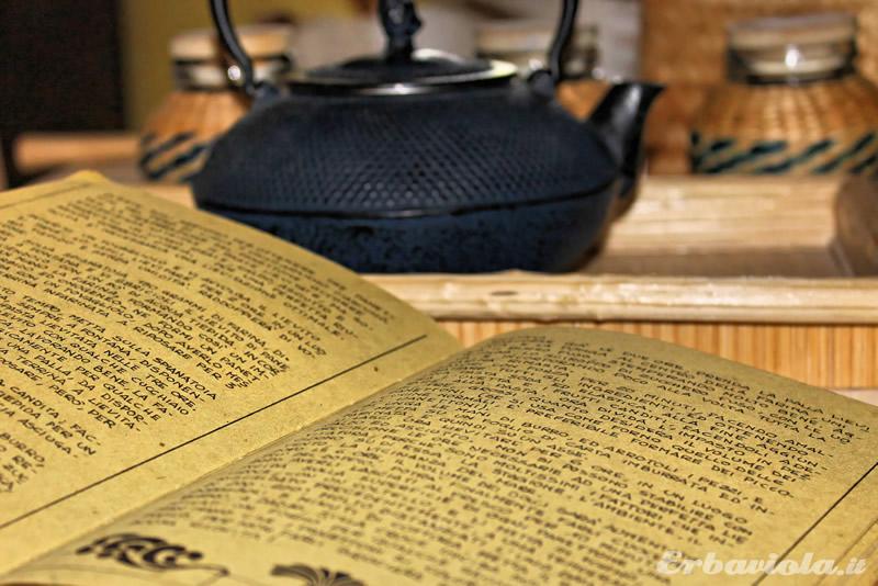 Libro di ricette in cartapaglia e un té