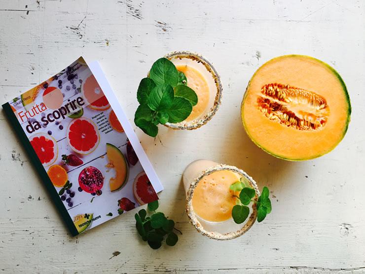 smoothie di melone e menta citrata con il libro Frutta da scoprire di Claudia Renzi